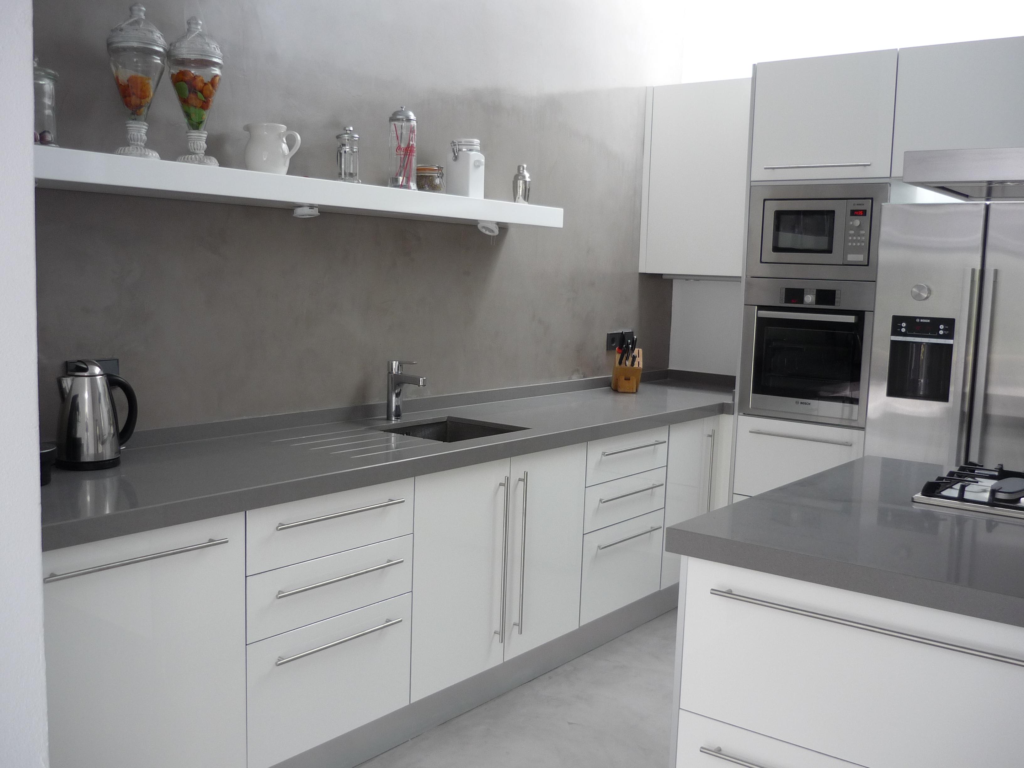 Muebles de cocina blanca encimera gris for Muebles para encimeras