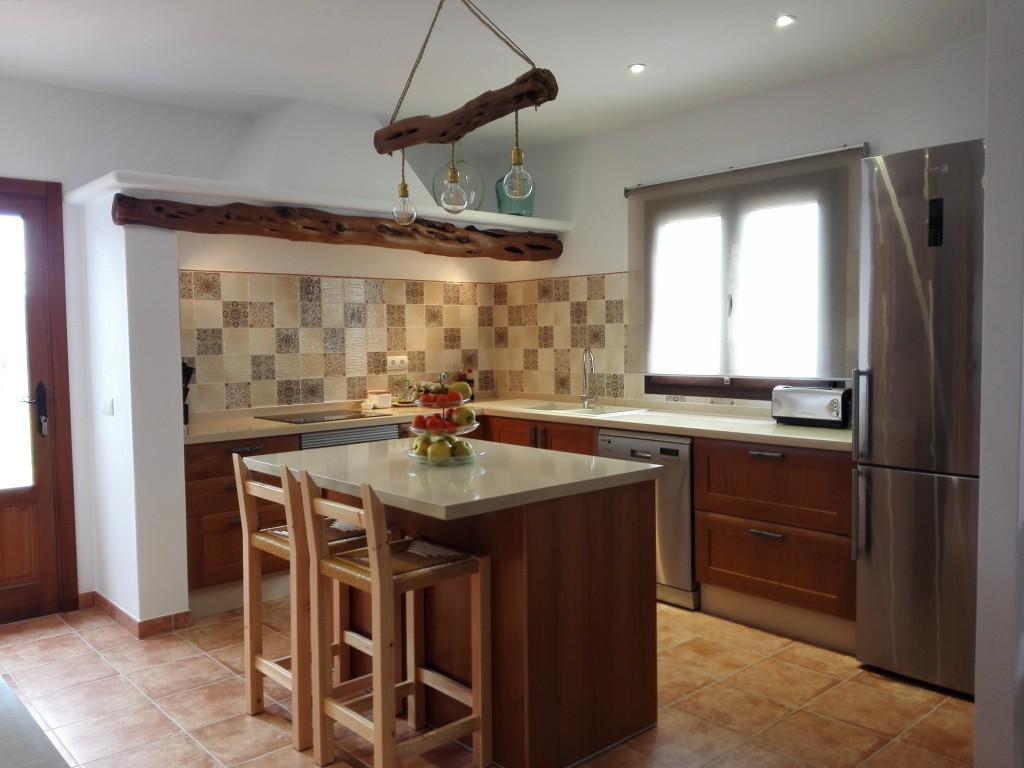 Cocina eivicuines roble marco macizo con compac arena - Cocina roble ...